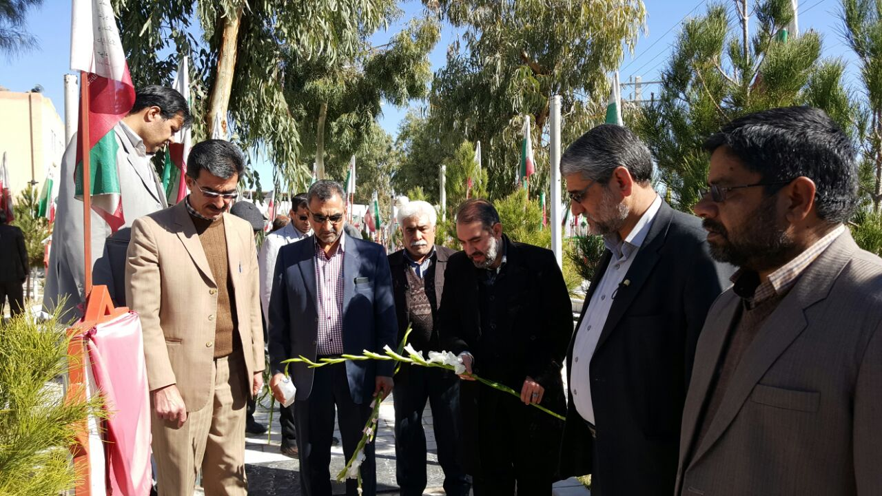 گلزار شهدای زاهدان در اولین روز دهه مبارک فجر گلباران شد.