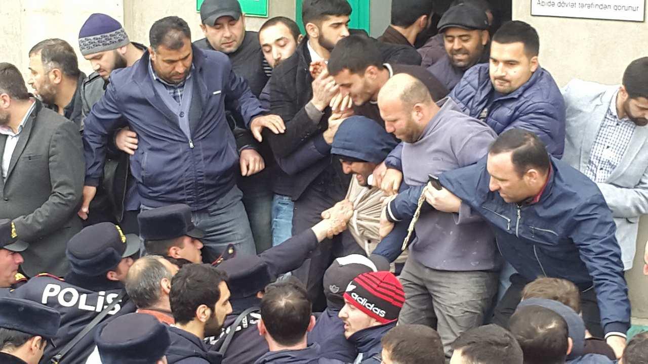 Yasamal rayon icra başçısı məscidin içində dindarlara açıqlama verdi - VİDEO